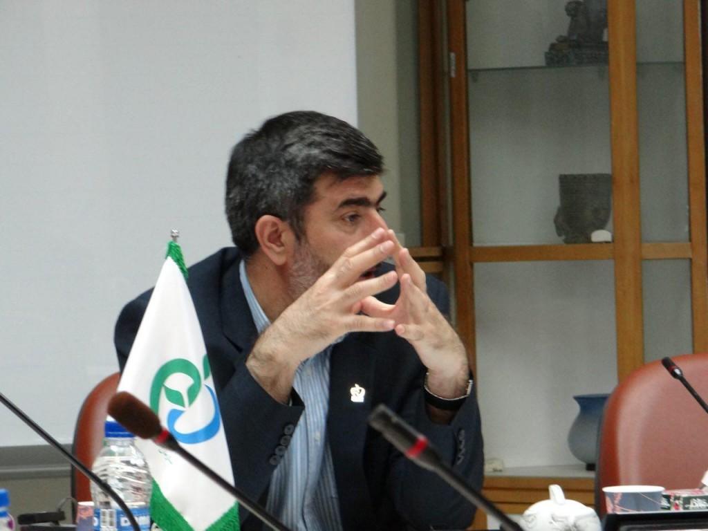 جناب دکتر دیناروند در حال بیان نظرات و راهکارهای سازمان برای حل مشکلات