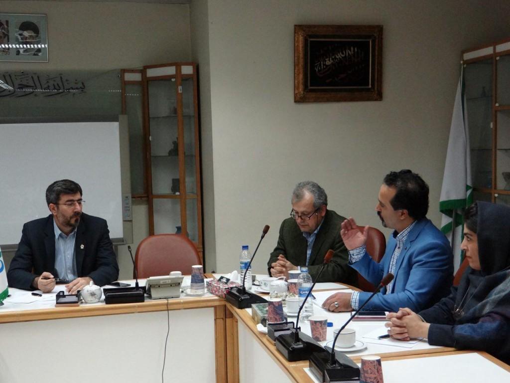 آقای مهندس احمدی دبیر کانون در حال بیان مشکلات و درخواست های کانون